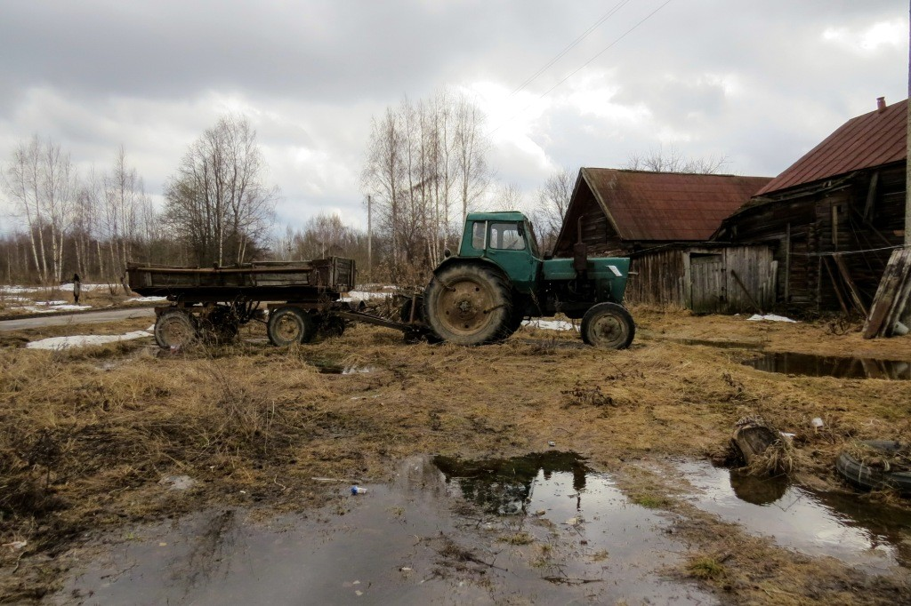 русская деревня, трактор