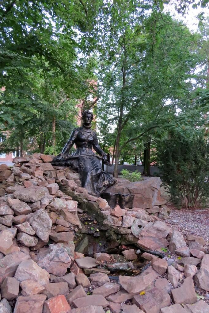 Волгодонск, достопримечательности, старый город, девушка с ведром
