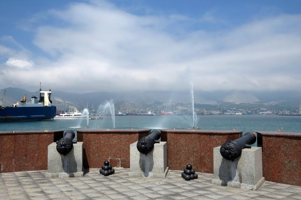 Новороссийск, паром, порт, фонтан, пушки